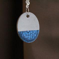 Collier pendentif ovale en béton peint à la main couleur bleu caraïbes - mat et brillant effet texture
