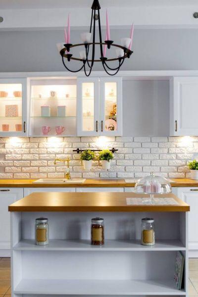 Foorni Pl Projekt Meble Bukowska Biala Kuchnia W Klasycznym Stylu Podswietlane Witryny Gornych Szafek Cegla Ponizej I Drewnian Interior Kitchen Home Decor