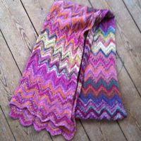 Smukt strikket sjal i uld, flotte farver