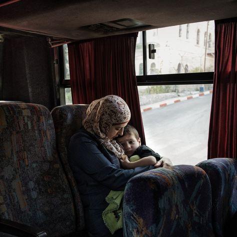 Lydia Rimawi und ihr Sohn Majd auf dem Weg ins Gefängnis in Rima. Dort sitzt...