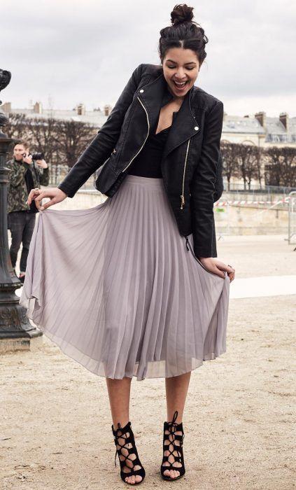 Chica con falda midi de tablas y chaqueta de cuero | Moda, Moda faldas, Ropa  de moda
