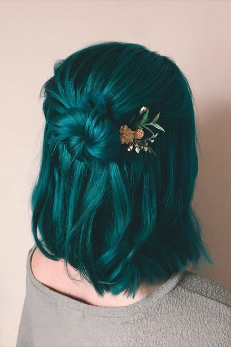 Beauty in everything maybe I have perfect vision Hair color Beauty Green hair Perfect treekiddo vision Hair Dye Colors, Cool Hair Color, Bright Hair Colors, Bright Colored Hair, Unique Hair Color, Hair Color Ideas, Creative Hair Color, Blue Hair Colour, Short Hair Colors