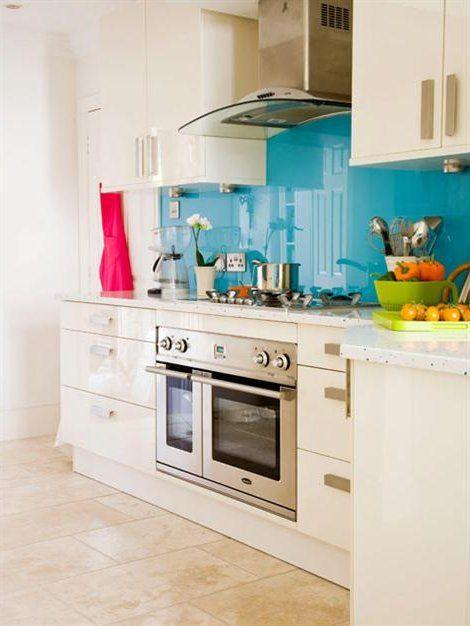 Cocina con salpicadero celeste, paredes y armarios blancos cocina