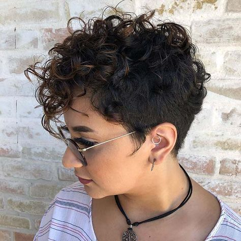 Do you have curly hair and you want to try a short and trendy haircut? We have 21 stunning curly pixie cut hairstyles to show you. Pixie Cut Curly Hair, Pixie Cut Blond, Short Curly Pixie, Curly Pixie Hairstyles, Haircuts For Curly Hair, Short Hair Cuts, Curly Hair Styles, Undercut Pixie, Undercut Curly Hair
