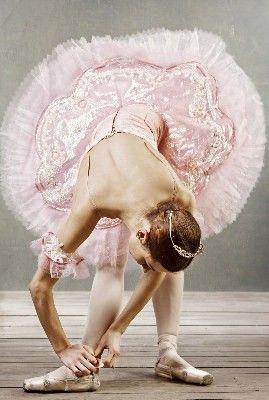 Bailarina atándose la zapatilla