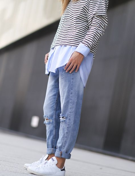 Pour habiller le duo baskets blanches/jean destroy, on pense au mix marinière/chemise ample