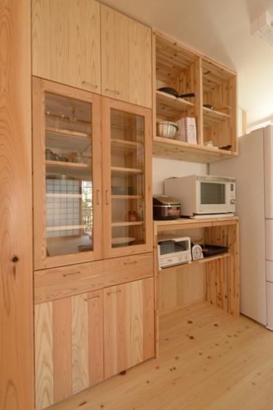 造作のキッチン背面収納 B Storage 本がたくさんあるシンプルな木の