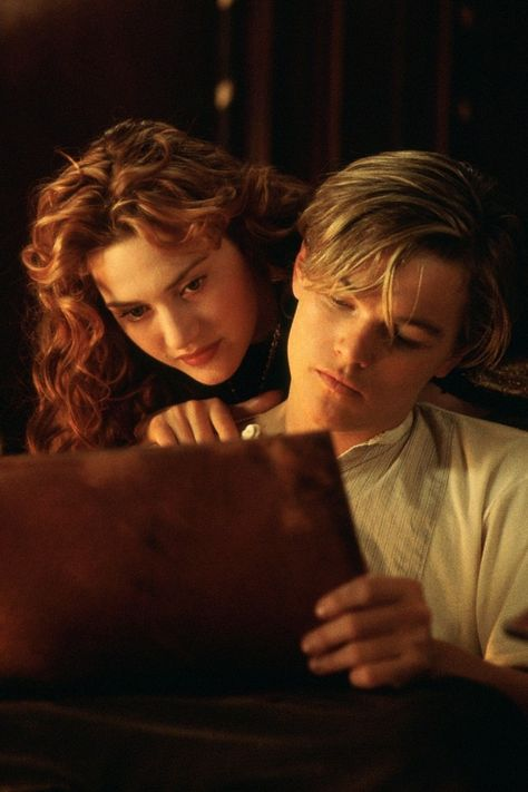 Jack played by Leonardo DiCaprio and Rose played by Kate Winslet from the movie Titanic Titanic Leonardo Dicaprio, Young Leonardo Dicaprio, Film Titanic, Rms Titanic, Titanic Movie Scenes, Titanic Art, Titanic Poster, Jack Dawson, Kate Winslet And Leonardo