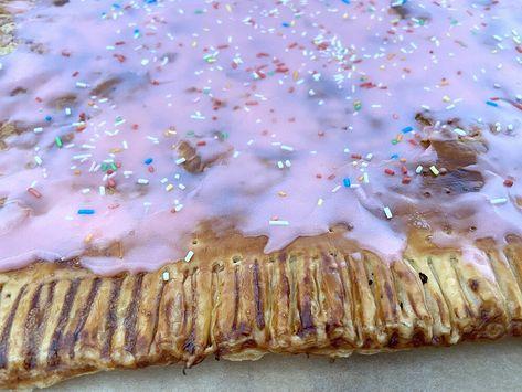 Post: Giant Pop Tart -- dulces de hojaldre, Easy Puff Pastry Pop Tarts, Giant Puff Pastry Pop Tart, homemade pot tarts, pop tart de hojaldre, pop tarts caseras fáciles, pop tarts hechas en casa, Puff Pastry Strawberry Pop-Tarts