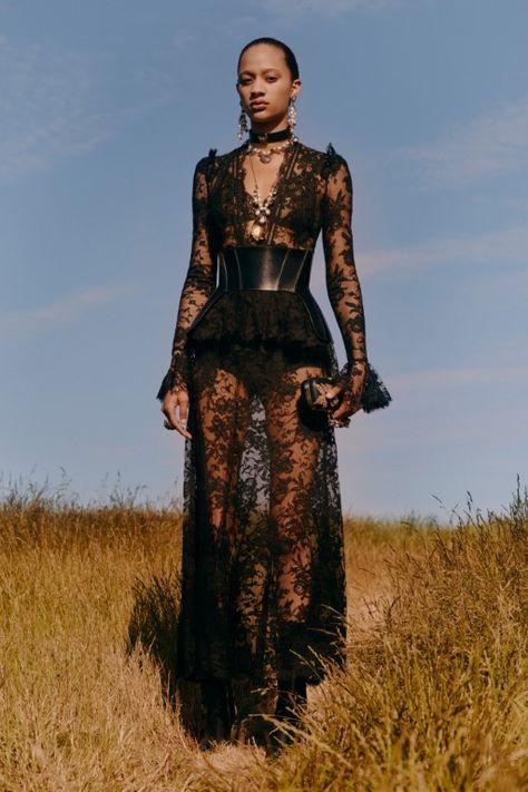 Alexander McQueen Resort 2019 London Collection - Vogue The complete Alexander McQueen Resort 2019 fashion show now on Vogue Runway.