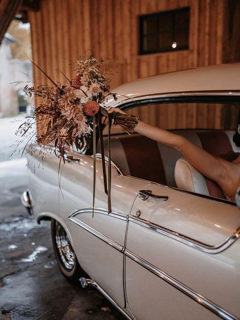 Herbsthochzeiten sind der Geheimtipp für Corona Hochzeiten 2021. Diese herbstliche Scheunenhochzeit im edel-rustikalen Stil ist garantiert eine tolle Alternative! #rusticwedding #bridalbouquet #bridalflowers