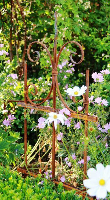 Kleiner Zaun Als Schones Gestaltungselement In Die Staudenrabatt Rankhilfe Gartendekoration Pflanzen