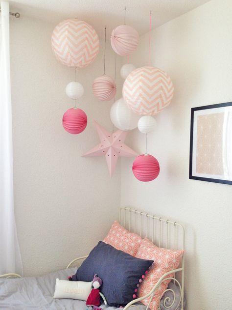 Marlène nous faitdécouvrir la chambre de sa fille et cette idée lumineuse de faire tomber en pluie des lampions, des lanternes et des étoiles dans des couleurs très girly. Il vous suffit d'avoir d...