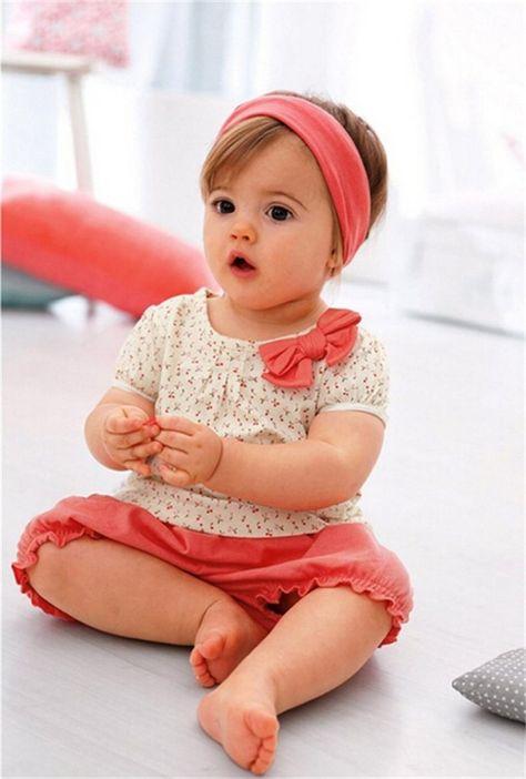 vêtements bébé fille: blouse fleurie, shrot et bandeau corail