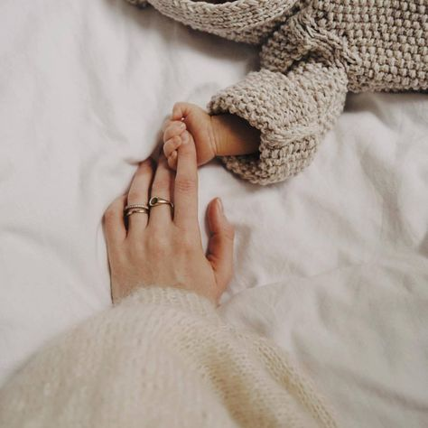 Shared by Katerina. Find images and videos about love, life and sweet on We Heart It - the app to get lost in what you love. Newborn Baby Photos, Newborn Shoot, Newborn Baby Photography, Newborn Pictures, Newborn Sibling, Maternity Pictures, Cute Little Baby, Baby Love, Cute Babies