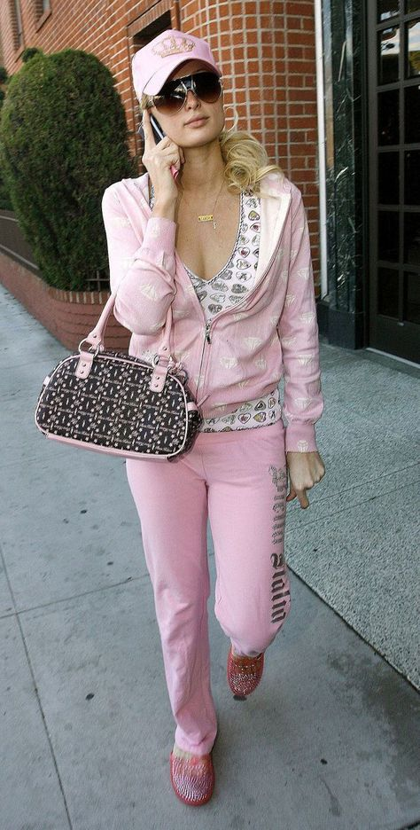 Paris hilton et son indissociable ensemble rose juicy couture. 2000s Fashion Trends, Early 2000s Fashion, 90s Fashion, Fashion Outfits, Justin Moore, Juicy Tracksuit, Juicy Couture Pink Tracksuit, Paris Hilton Style, Paris And Nicole