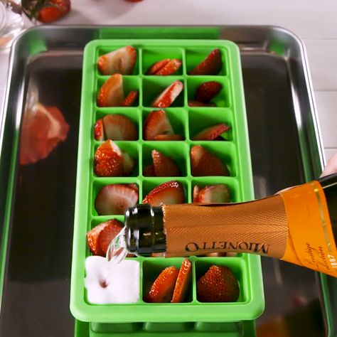 Prosecco Ice Cubes = Best summer brunch idea EVER 🙌#prosecco #bubbly #icecubes #mimosas #brunchdrinks #summertreats