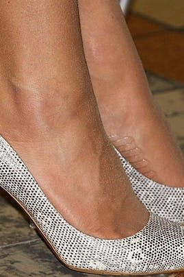 Kate Middleton Relies On A Simple Trick To Keep Her Feet From Slipping Out Of Her Shoes Kate Middleton Shoes Kate Middleton Feet Kate Middleton Outfits