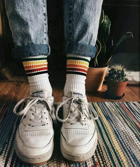 Find 90s grunge inspiration in our gallery, featuring over 70 amazing photos, showcasing the unique aesthetic of this timeless music and fashion trend!