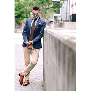 Usa Un Blazer Azul Oscuro Para Combinar Tu Outfit De Manera Casual Con Pantalón En Drill Y Zapatos Color Miel Moda Blazer Azul Pantalones