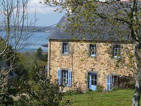 Une petite maison en pierre en bord de mer en Bretagne.