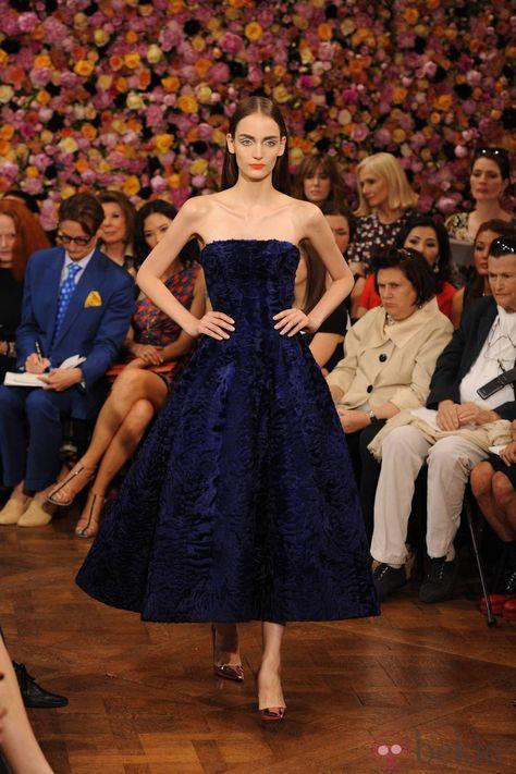 Vestido azul con escote palabra de honor de Christian Dior en la Pasarela de la Alta Costura de París otoño/invierno 2012-2013