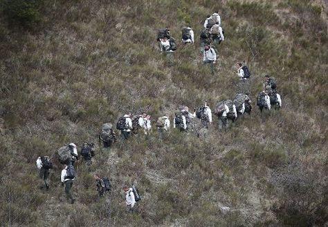 Einsatzkräfte der französischen Gendarmerie suchen in den Alpen nach Überresten der Opfer des abgestürzten Flugzeugs.  Foto: Getty http://www.stuttgarter-zeitung.de/inhalt.germanwings-flug-4u9525-newsblog-zum-flugzeugabsturz.531268d9-df28-406a-9cf9-34e6bc2b06b0.html