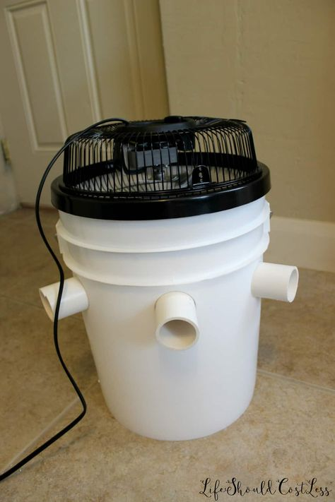 Learn how to build a DIY Bucket Air Conditioner. Emergency Preparation, Emergency Preparedness, Simple Life Hacks, Useful Life Hacks, Bucket Air Conditioner, Diy Air Conditioner, Camping Hacks, Camping Must Haves, Rv Camping Checklist