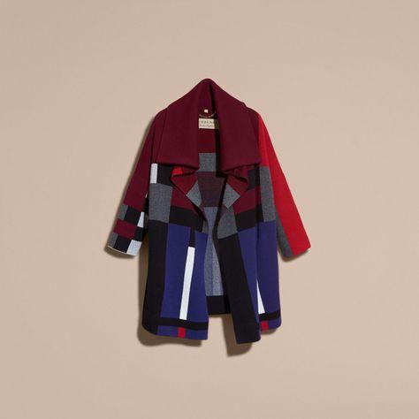 Ein unstrukturierter Cardigan-Mantel für die Übergangszeit aus einer warmen Mischung aus Wolle und Kaschmir. Das lebhafte Muster und der legere Schnitt kommen kombiniert mit körperbetonten Designs in dunkleren Farbtönen besonders gut zur Geltung.