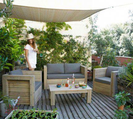 Terrasse en bois, murs verdoyants, plantes en pot, toile pare-soleil...