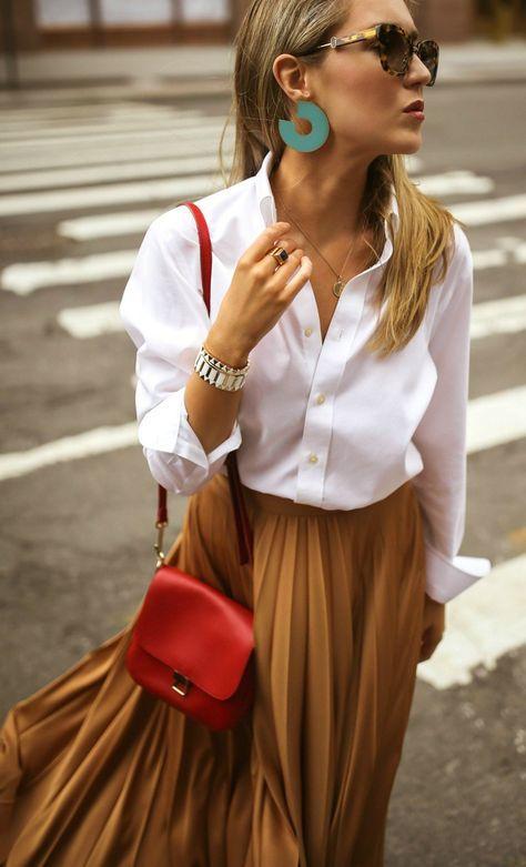 Comment porter ta chemise blanche  et comment la porter avec style ! Tous les conseils & idées de tenues sont dans cet article ! #tenuefemme40ans #blogmodefemme40ans #tenuestylée #élégante #chemiseblanche #jupemidiplissée #sacrouge #bouclesd'oreilles #bracelet