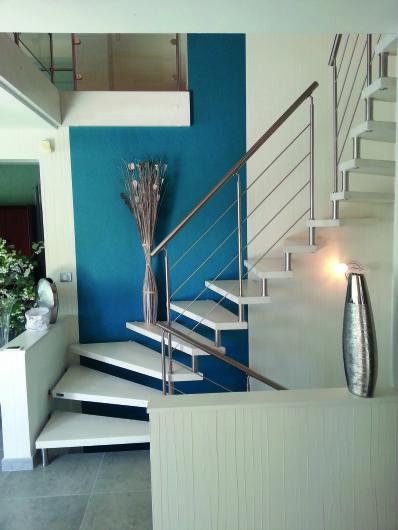 Escalier suspendu en bois laqué blanc. Rampe très fine avec ...