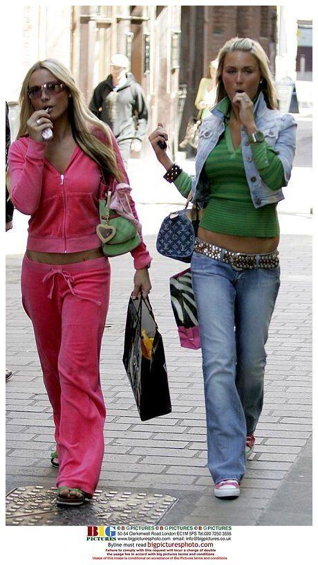 Jeans Tiro Bajo Chaquetas Recortadas Set De Pants Y Sweater Deportivo Combinacion De Accesori In 2021 2000s Fashion Outfits 2000s Fashion Trends Early 2000s Fashion