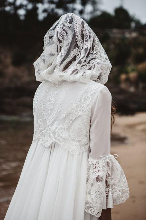 abrigo para novia con capucha y capa de la firma bouret. se trata de