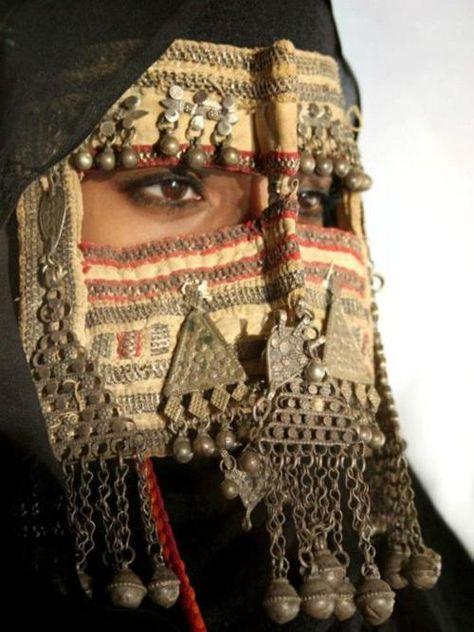 Yemeni lady. Reminds me of what ladies in Southern Saudi wear