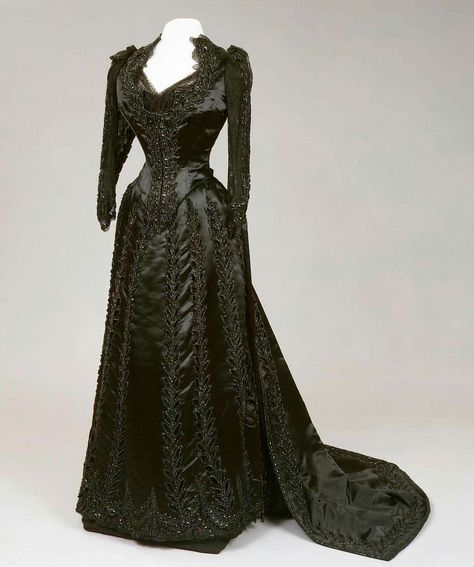 Evening dress, by the House of Worth, ca. 1880s. Worn by Empress Maria Feodorovna of Russia. State Hermitage Museum