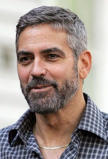 George Clooney S Hairstyle Simple And Classy Hairstyle On Point Grey Hair Men Older Mens Hairstyles Older Men Haircuts