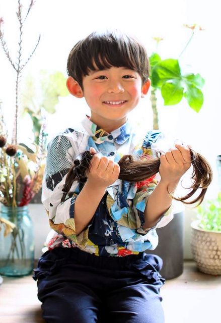 写真 図版 自分の髪をはさみで切る富田小次朗君 名古屋市昭和区