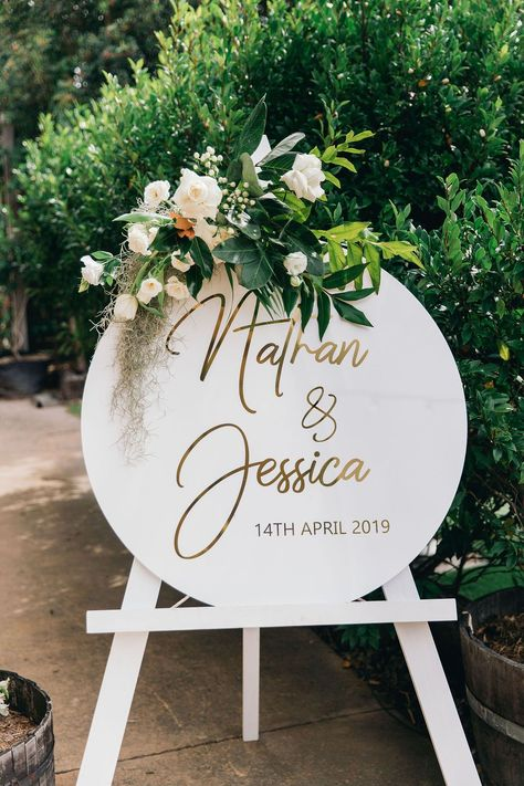 Round welcome sign wedding Wedding Trends, Diy Wedding, Wedding Styles, Wedding Flowers, Wedding Day, Wedding Welcome Board, Wedding Mood Board, Earth Day Crafts, Wedding Signage