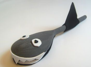 Make this shark out of a wooden spoon, some craft foam and paint. CUTE!