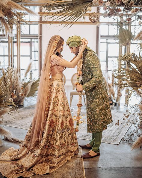This bohemian chic indian wedding has our hearts ❤️ The elements are so dreamy and beautiful ? Tag your bae ? Indian Wedding Ceremony, India Wedding, Indian Wedding Outfits, Wedding Shoot, Indian Wedding Sari, Wedding Mandap, Wedding Unique, Desi Wedding, Wedding Stage