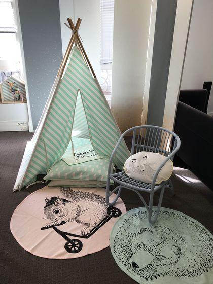 Une chambre d'enfant avec un tapis rond en coton pastel, décliné en rose poudré ou vert d'eau