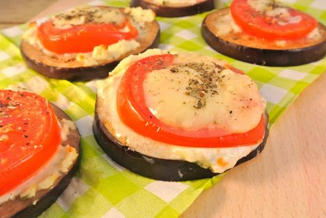 Aubergine borrelhapjes met tomaat, roomkaas en mozzarella   Lekker en Simpel