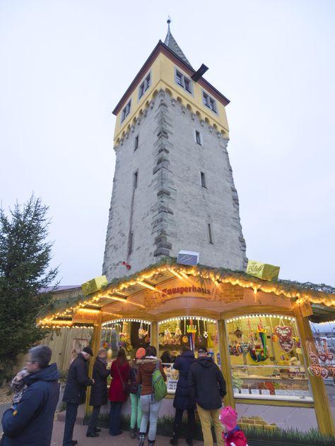 Lindau Weihnachtsmarkt.Der Mangturm In Lindau Am Bodensee Und Darunter Der Weihnachtsmarkt