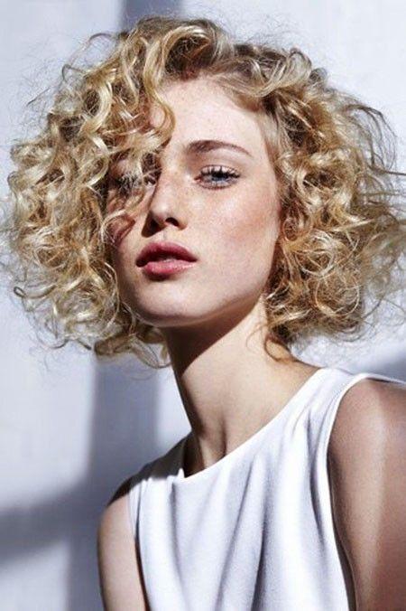 20ショートカーリーブロンドのヘアスタイル 2020 薄毛 ボブヘア