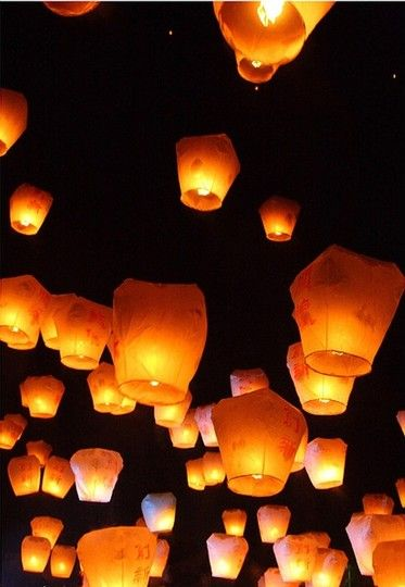 50 Pcs Of White Sky Kongming Flying Wishing Paper Lanterns For Wedding Floral Party Decoration Supplies Floating Paper Lanterns, Japanese Paper Lanterns, Floating Lights, Wedding Lanterns, Lanterns For Weddings, Chinese Lanterns Wedding, Chinese Wedding Decor, Japanese Wedding, Wish Lanterns