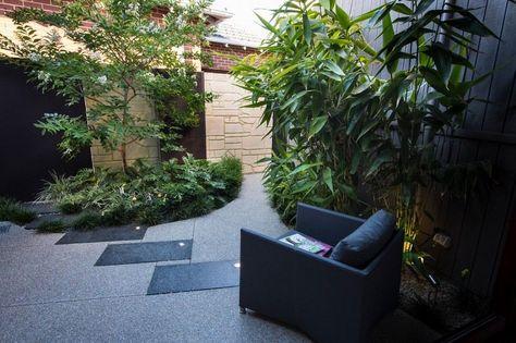 amenagement petit jardin dans l arriere cour avec carrelage de sol en pierre spots led et plantes vertes
