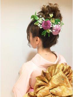 振袖 生花の華やかお団子スタイル 成人式 ヘアスタイル アップ 振袖