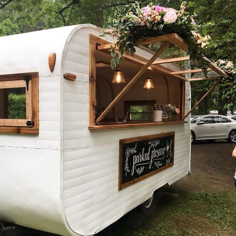 Photos: Vintage tag-a-long camper turns into chic mobile bar in Upstate NY - new. Photos: Vintage tag-a-long camper turns into chic mobile bar in Upstate NY – new… Photos: Vin Food Trucks, Bar Mobile, Mobile Cafe, Foodtrucks Ideas, Mobile Coffee Shop, Caravan Bar, Retro Caravan, Coffee Trailer, Vintage Travel Trailers