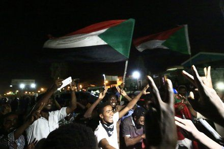 Sudans Military And Protesters Agree To 3 Year Transition Sudan Government World